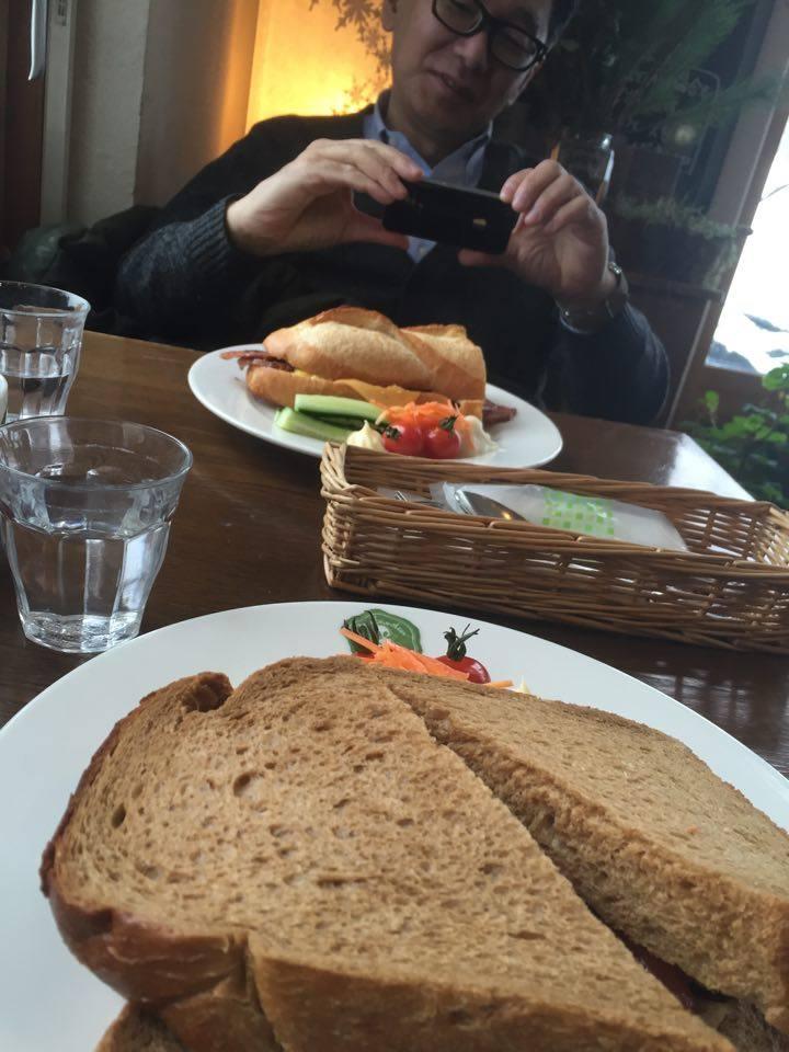 笹井編集長と取材後の 地元の有名サンドイッチ店でランチ中も楽しい時間